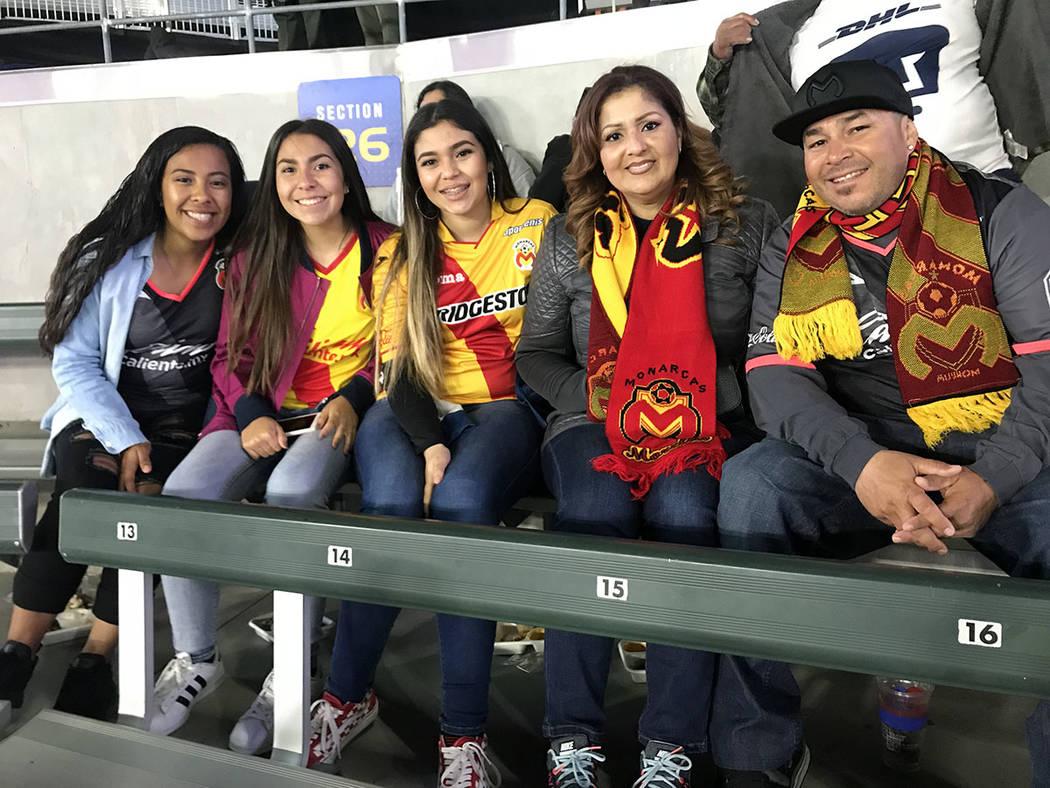La familia Fuentes, quienes se denominan como la 'Familia Monarca', disfrutaron el encuentro y apoyaron al equipo michoacano. Sábado 24 de marzo de 2018 en StubHub Center de Carson, Californi ...