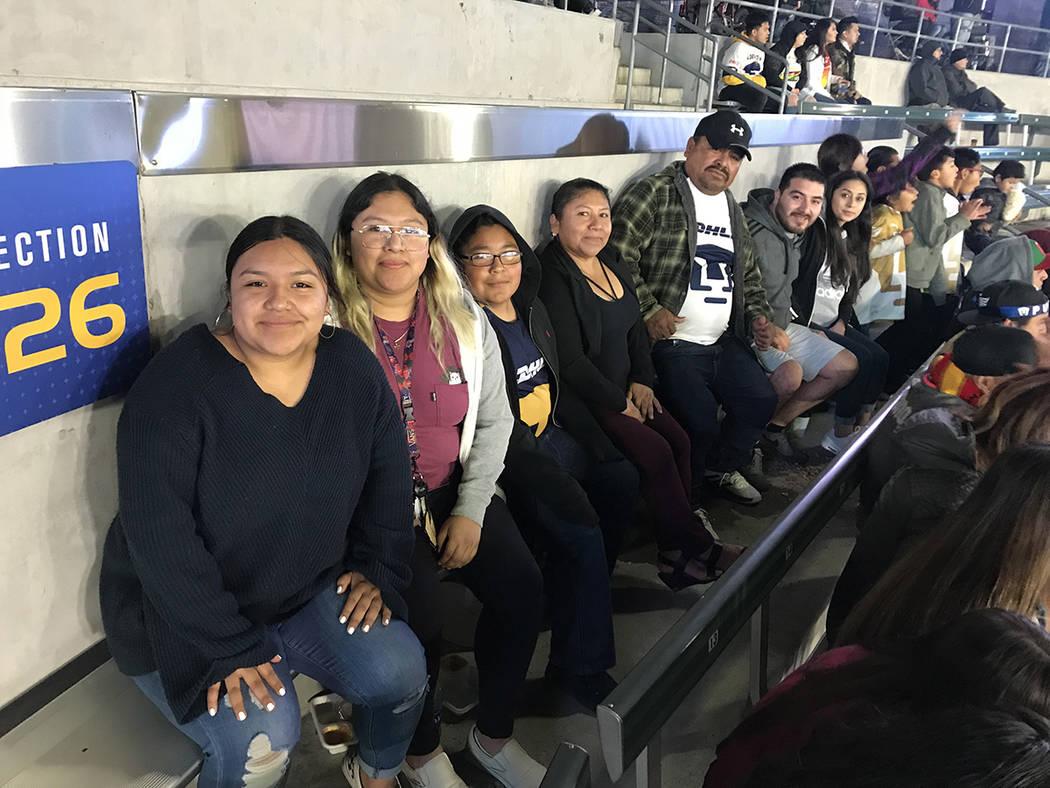La familia Guerrero acudió al estadio para apoyar a los Pumas de la UNAM y en todo momento se mostraron alegres por presenciar el partido. Sábado 24 de marzo de 2018 en StubHub Center de Carson, ...