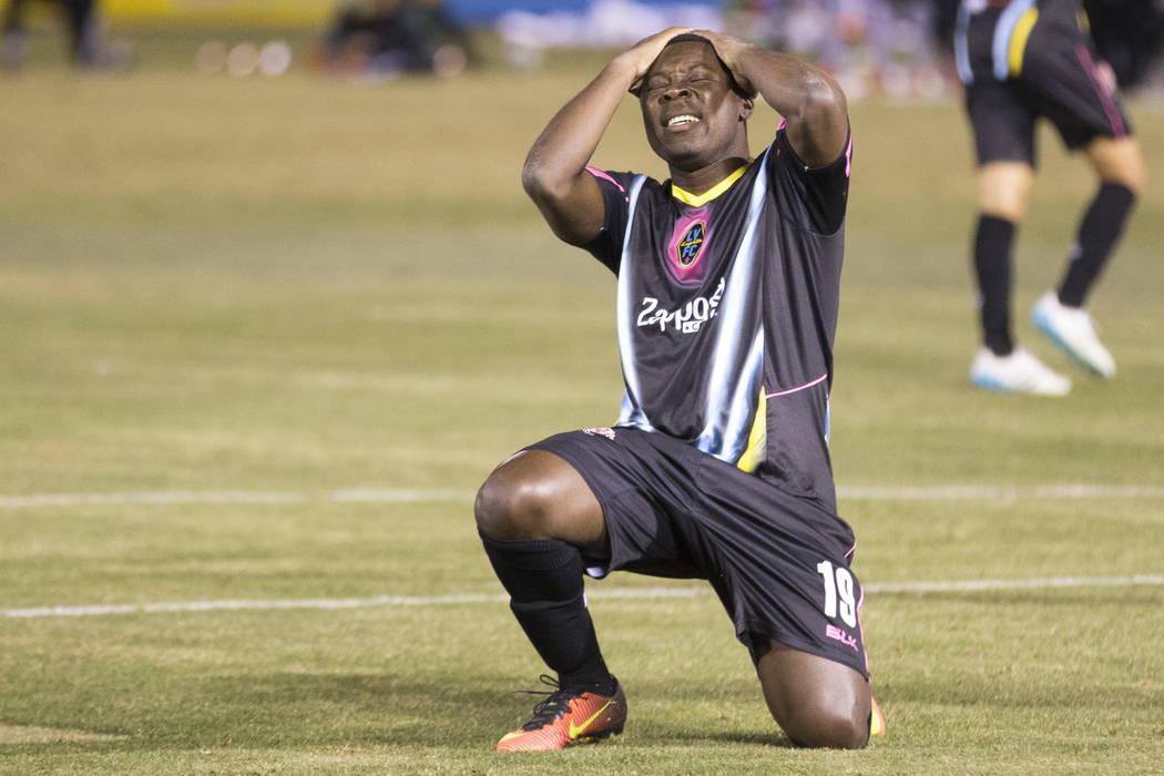 Freddy Adu (19) de Las Vegas Lights FC reacciona después de perder un tiro en el arco contra DC United durante la segunda mitad del partido de exhibición de fútbol en Cashman Field en Las Vegas ...