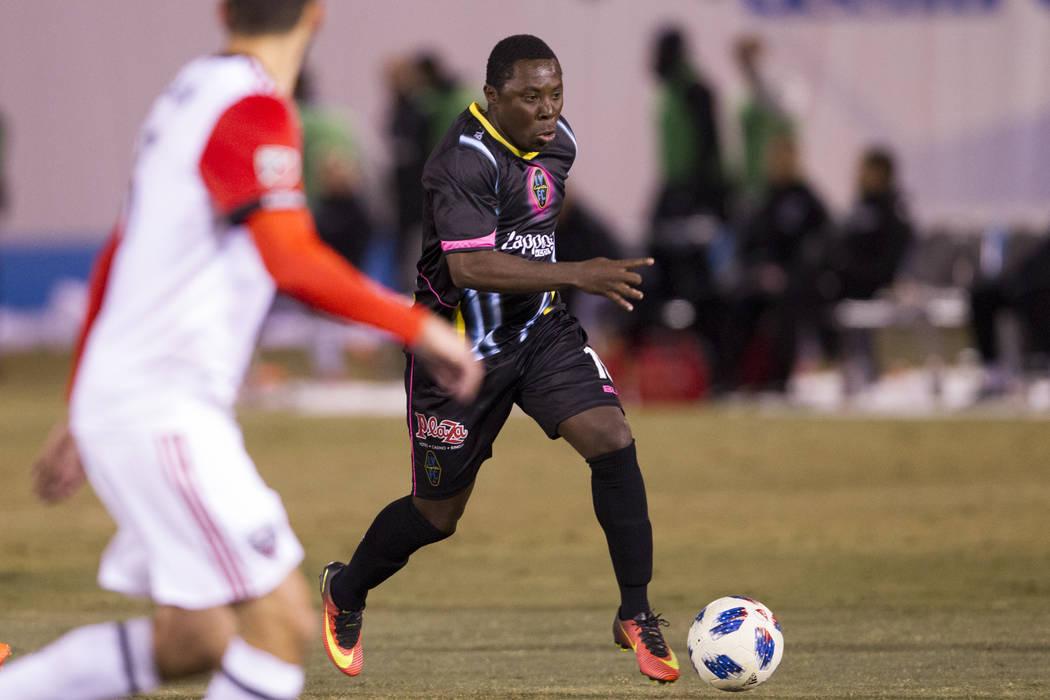 Las Vegas Lights FC: Freddy Adu (19) corre con la pelota contra D.C. United durante la segunda mitad del partido de exhibición de fútbol en Cashman Field en Las Vegas, el sábado 24 de febrero d ...