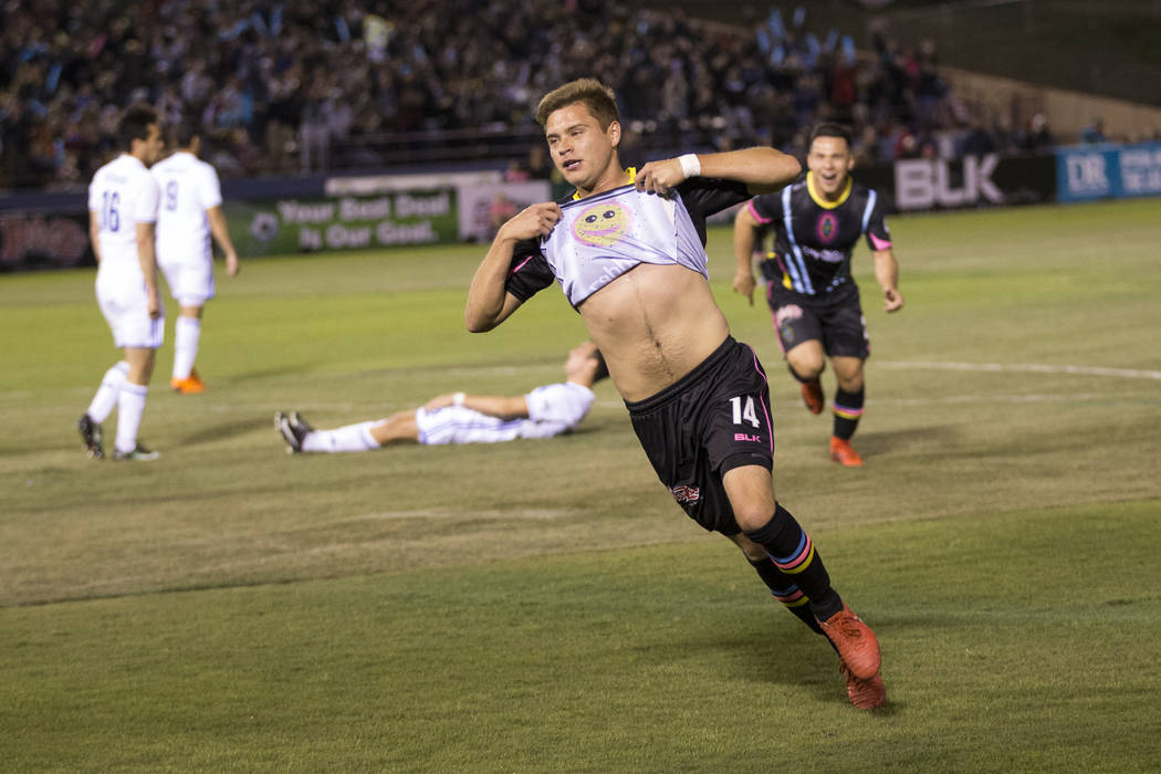 Alex Mendoza (14) de Las Vegas Lights FC celebra su gol contra Reno 1868 FC en la primera mitad del juego United Soccer League en Cashman Field en Las Vegas, el sábado 24 de marzo de 2018. Erik V ...