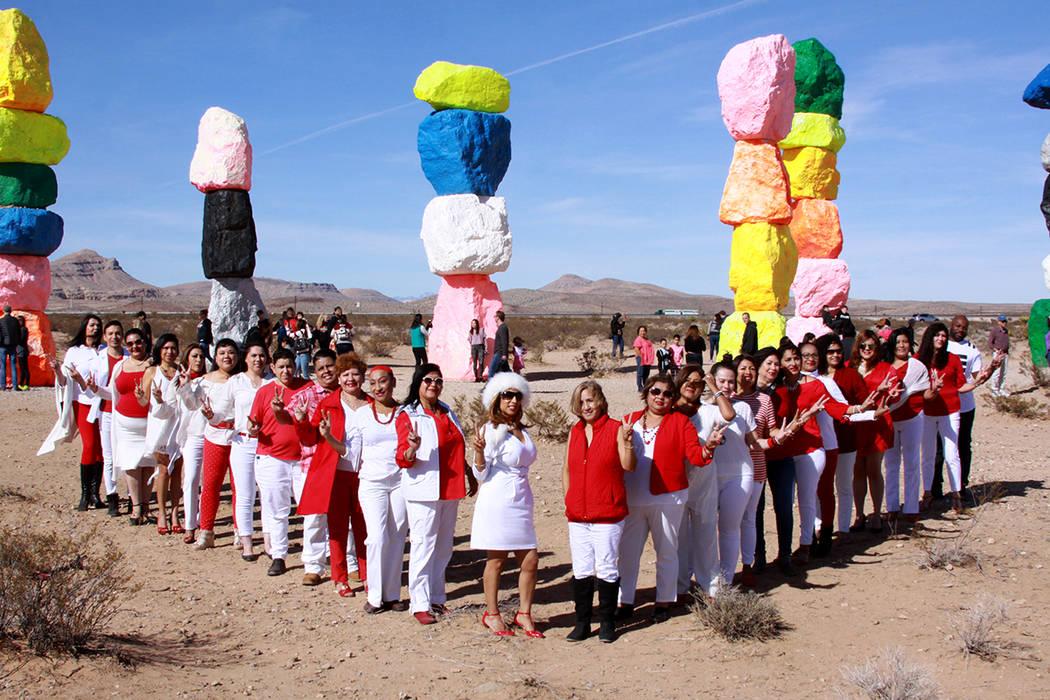 Elenco de los 'Monólogos de la Vagina', posaron frente al monumento de las siete piedras multicolores. [Foto Cortesía]