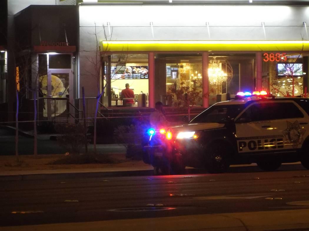 La policía investiga un tiroteo en el estacionamiento de McDonald's en 3885 Blue Diamond Road en Las Vegas el domingo 25 de marzo de 2018. (Max Michor / Las Vegas Review-Journal)