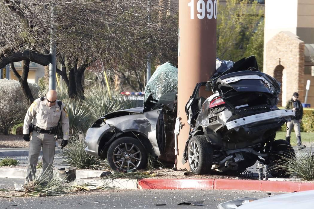 La policía de Las Vegas está investigando un accidente fatal en los bulevares Rainbow y Lake Mead el lunes 26 de marzo de 2018 en Las Vegas. La policía está buscando a una persona que huyó de ...