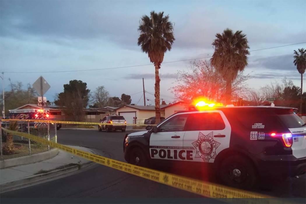 La policía de Las Vegas está investigando un homicidio en un vecindario del este del valle cerca de Sacramento Drive y la Avenida Sunrise, el lunes 26 de marzo de 2018. (Revista de revisión Max ...