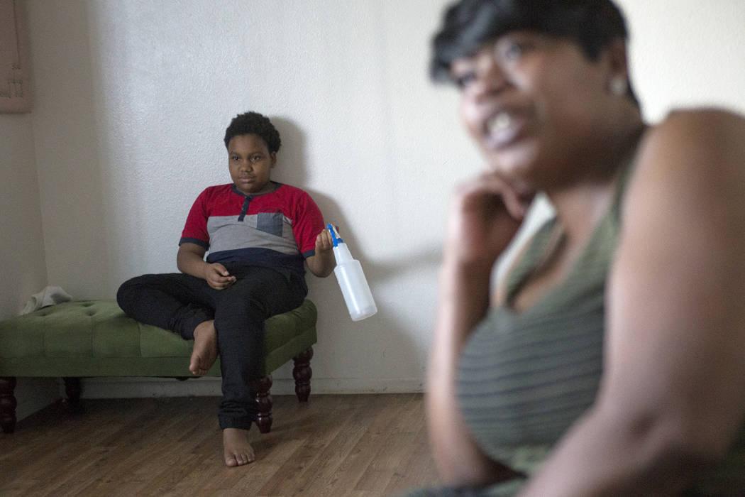 Duke Maples, de 13 años, escucha a su madre Jacenta Harris hablar al Review-Journal en su casa de Las Vegas, el miércoles 14 de marzo de 2018. (Rachel Aston Las Vegas Review-Journal @rookie__rae)