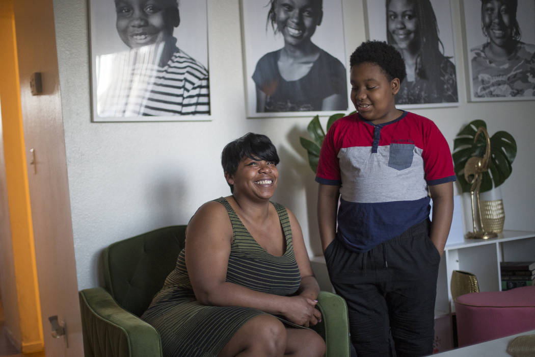 Jacenta Harris, izquierda, y su hijo Duke Maples, de 13 años, en su casa de Las Vegas, el miércoles 14 de marzo de 2018. (Rachel Aston Las Vegas Review-Journal @rookie__rae)