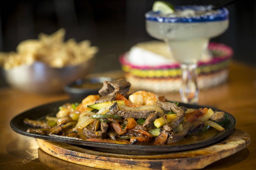 La carne asada y la parillada de camarón (fajitas) servidas con papas fritas y salsa y una margarita tradicional en la cocina mexicana de Leticia ubicada en Tivoli Village at Queensridge en Las V ...