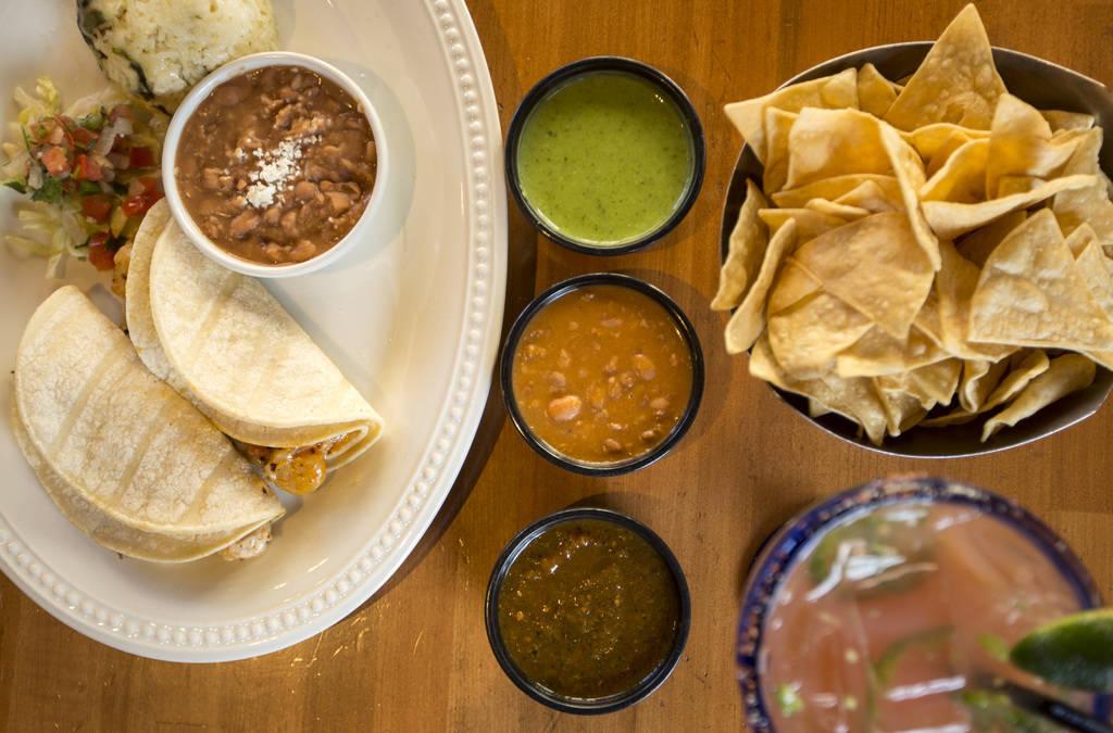 Los galardonados tacos de queso y camarones servidos con un trio de salsa y la galardonada guayaba jalapeña margarita en Leticia's Mexican Cocina ubicada en Tivoli Village at Queensridge en Las V ...