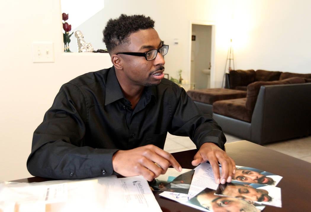 David McCovy, de 23 años, muestra fotos de sus lesiones a un reportero durante una entrevista en casa de su madre en Las Vegas el miércoles 14 de marzo de 2018. McCovy afirma que fue agredido y  ...