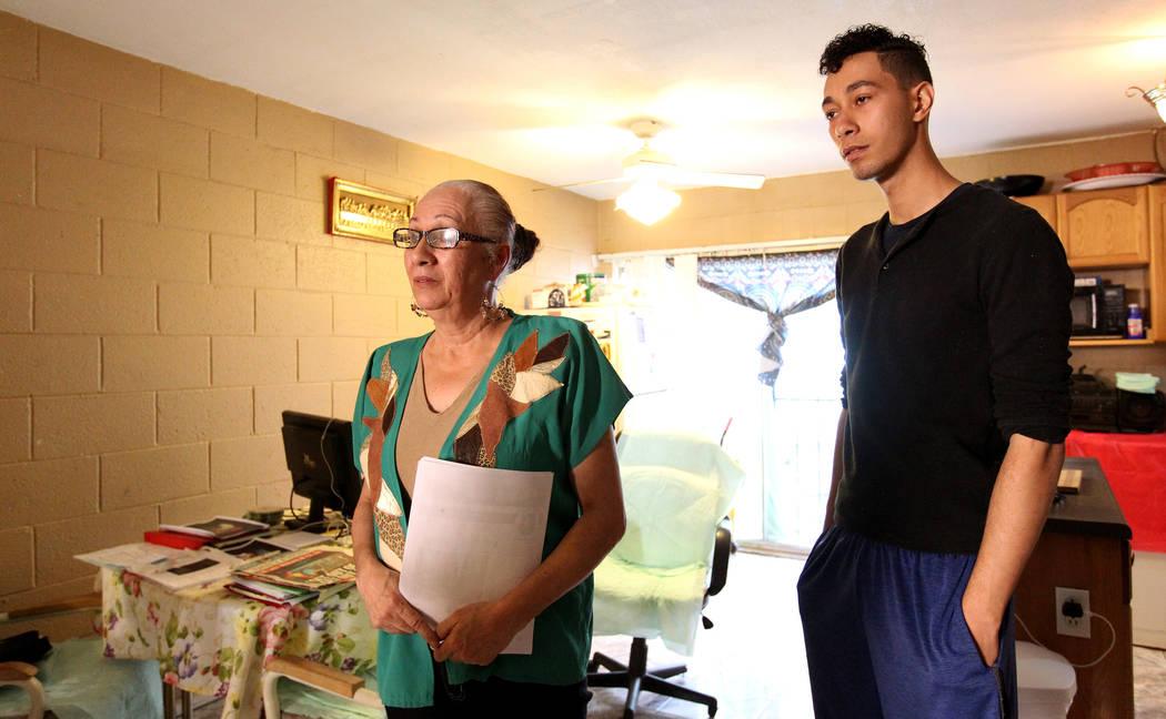 Silveria Caban, de 58 años, y su hijo Jacob Edward Delgado, de 23, hablan con un periodista en su apartamento de Las Vegas el viernes 16 de marzo de 2018. Ambos fueron admitidos en la sala de psi ...