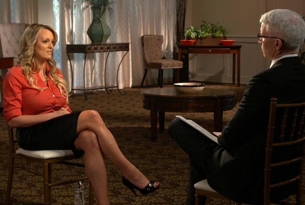 """Stormy Daniels, a la izquierda, es entrevistada por Anderson Cooper para """"60 Minutos"""". (Noticias CBS / 60 minutos vía AP)"""