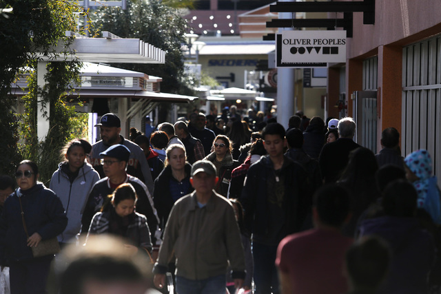 Compradores en el North Premium Outlet Mall el lunes, 26 de diciembre de 2016, en Las Vegas. (Christian K. Lee / Las Vegas Review-Journal) @chrisklee_jpeg