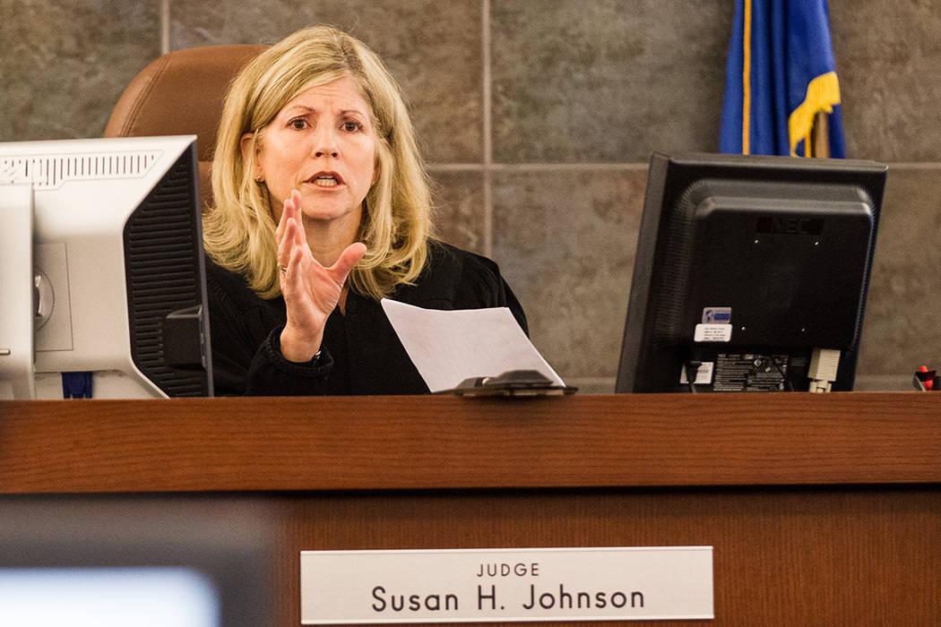 La Jueza Susan Johnson habla antes de las declaraciones iniciales para el juicio de Steven Ficano en el Centro de Justicia Regional en Las Vegas el miércoles 27 de mayo de 2014. (Chase Stevens /  ...