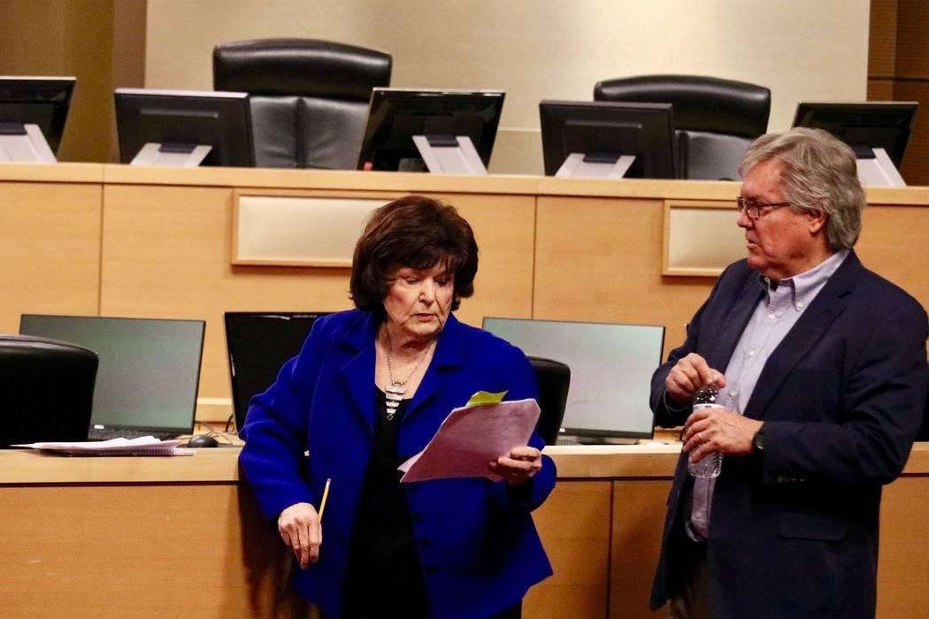 La alcaldesa Pro-Tem: Lois Tarkanian y el senador: Tick Segerblom, antes de una conferencia de prensa pidiendo que los impuestos especiales a la marihuana sean redirigidos a la educación en Las V ...
