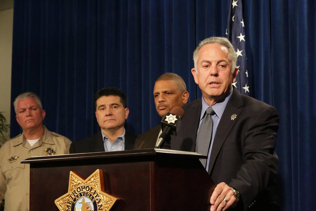 Durante una conferencia de prensa en el Cuartel General del Departamento de Policía Metropolitana de Las Vegas el lunes 25 de marzo de 2018, el alguacil Joe Lombardo, a la derecha, se encuentra c ...