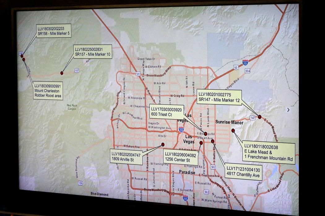 Durante una conferencia de prensa en la Sede del Departamento de Policía Metropolitana de Las Vegas el lunes 25 de marzo de 2018, se mostró un mapa que mostraba la ubicación de múltiples asesi ...