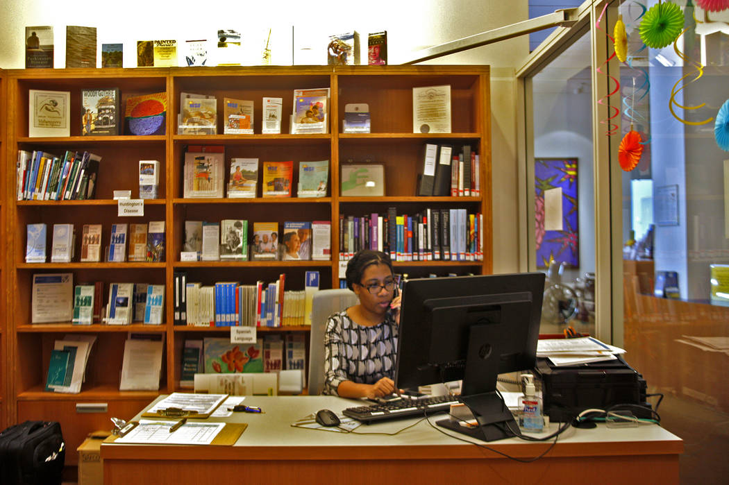 La directora del programa, Jasmine Sligh, responde el teléfono en la Biblioteca Lynne Ruffin-Smith en la Clínica Cleveland en Las Vegas, el lunes 26 de marzo de 2018. La biblioteca brinda recurs ...