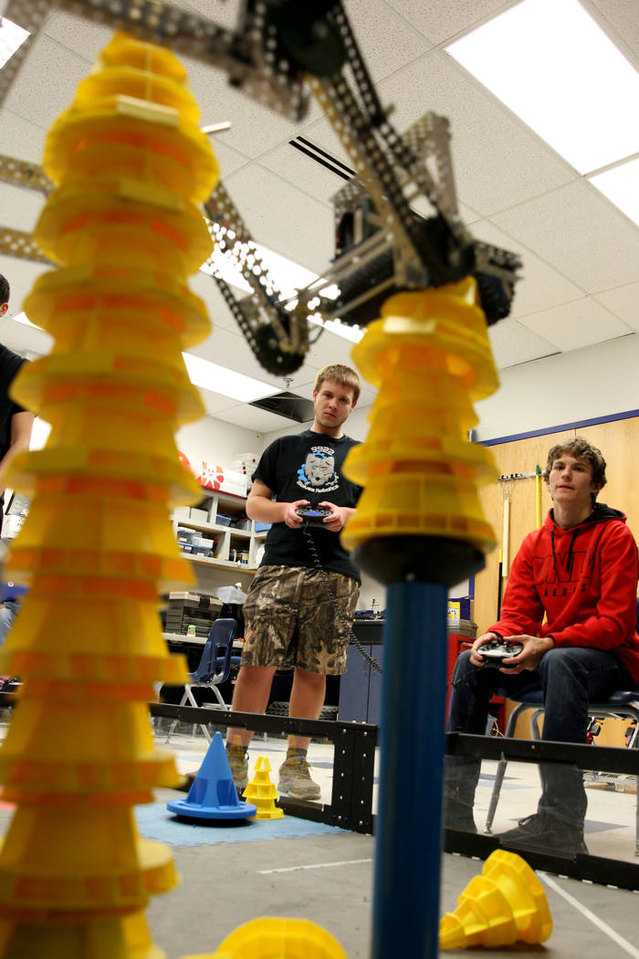 Lenny Montalbano, a la derecha, y su compañero C.D. Perkins opera su robot para apilar conos durante Robot Club en la Academia Básica de Estudios Internacionales en Henderson el miércoles 21 de ...
