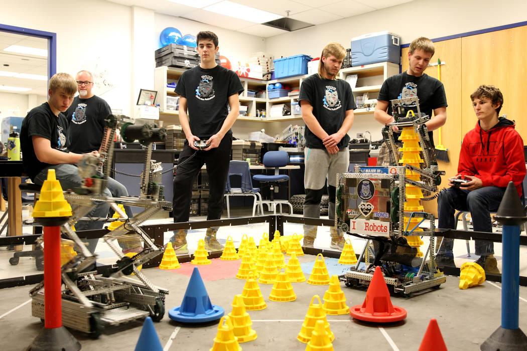 Trenton Moon, izquierda, y Matteo Cipriani operan su robot para apilar conos, compitiendo contra Lenny Montalbano, a la derecha, y su compañero C.D. Perkins, segundo desde la derecha, durante Rob ...
