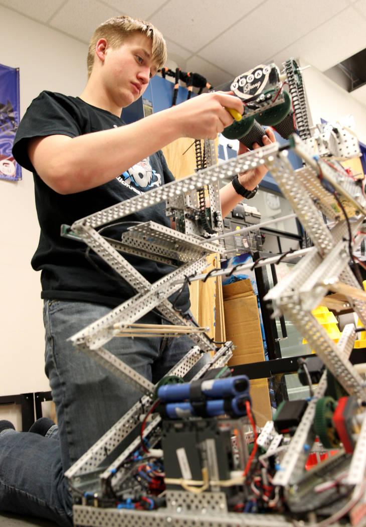 Trenton Moon trabaja en su robot durante Robot Club en la Academia Básica de Estudios Internacionales en Henderson el miércoles 21 de marzo de 2018. El club se está preparando para el Campeonat ...