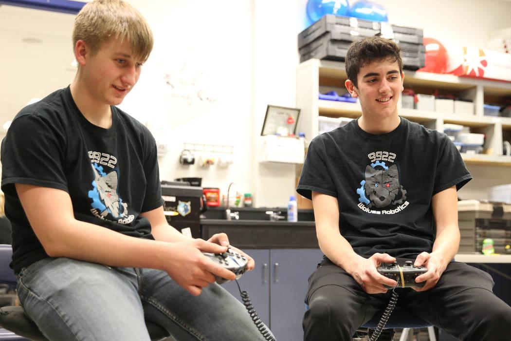 Trenton Moon, izquierda, y Matteo Cipriani operan su robot para apilar conos durante Robot Club en la Academia Básica de Estudios Internacionales en Henderson el miércoles 21 de marzo de 2018. E ...
