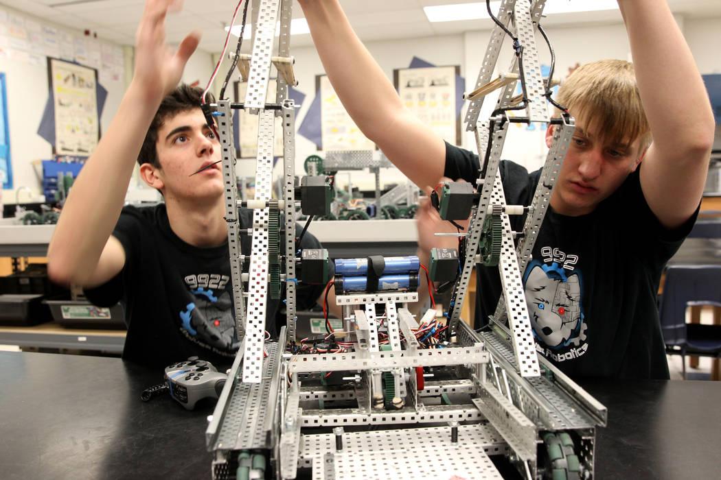 Los alumnos de la Academia Básica de Estudios Internacionales Matteo Cipriani, izquierda y junior Trenton Moon trabajan en su robot durante Robot Club en la escuela Henderson el miércoles 21 de  ...