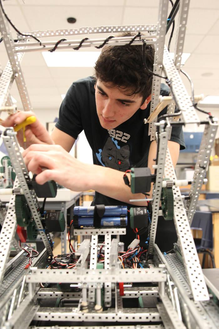 El estudiante de la Academia Básica de Estudios Internacionales Matteo Cipriani trabaja en su robot durante Robot Club en la escuela Henderson el miércoles 21 de marzo de 2018. El club se está  ...