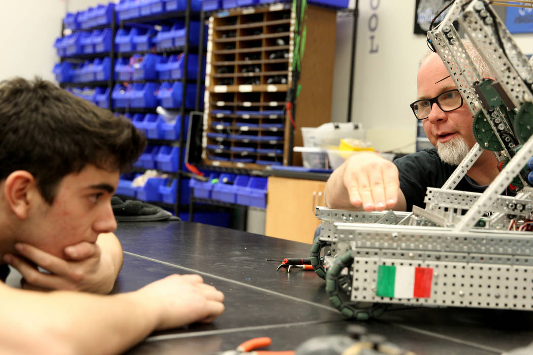 La Academia Básica de Estudios Internacionales; el asesor de robótica de Henderson Mark Reed, a la derecha, hace una sugerencia al senior Matteo Cipriani durante Robot Club en la escuela el mié ...