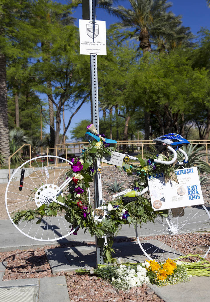 La bicicleta fantasma del Dr. Kayvan Khiabani a lo largo de South Pavillion Center Drive cerca de West Charleston Boulevard el sábado, 17 de junio de 2017, en Las Vegas. Khiabani, de 51 años, mu ...