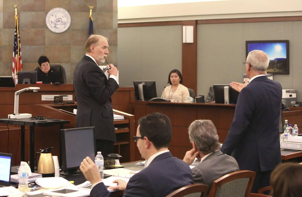 La jueza Elizabeth Gonzalez, izquierda, y Todd Bice, centro, abogado de Steve Wynn, escuchan que Mark Ferrario, a la derecha, abogado de Elaine Wynn, se dirige a la corte en el Centro de Justicia  ...