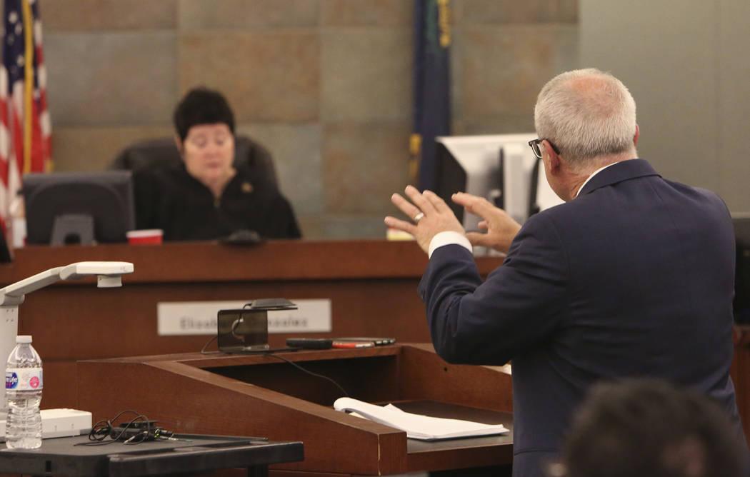 La jueza Elizabeth González, izquierda, escucha a Mark Ferrario, abogado de Elaine Wynn, dirigirse a la corte en el Centro de Justicia Regional el martes 27 de marzo de 2018 en Las Vegas. (Bizuay ...