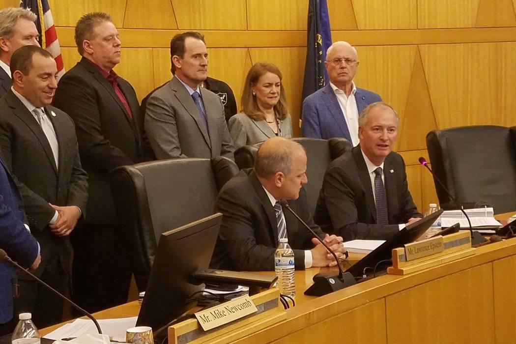 Steve Hill, sentado a la derecha, habla antes de firmar los acuerdos de desarrollo y arrendamiento del estadio de Las Vegas con el presidente de los Raiders Marc Badain, sentado a la izquierda, en ...