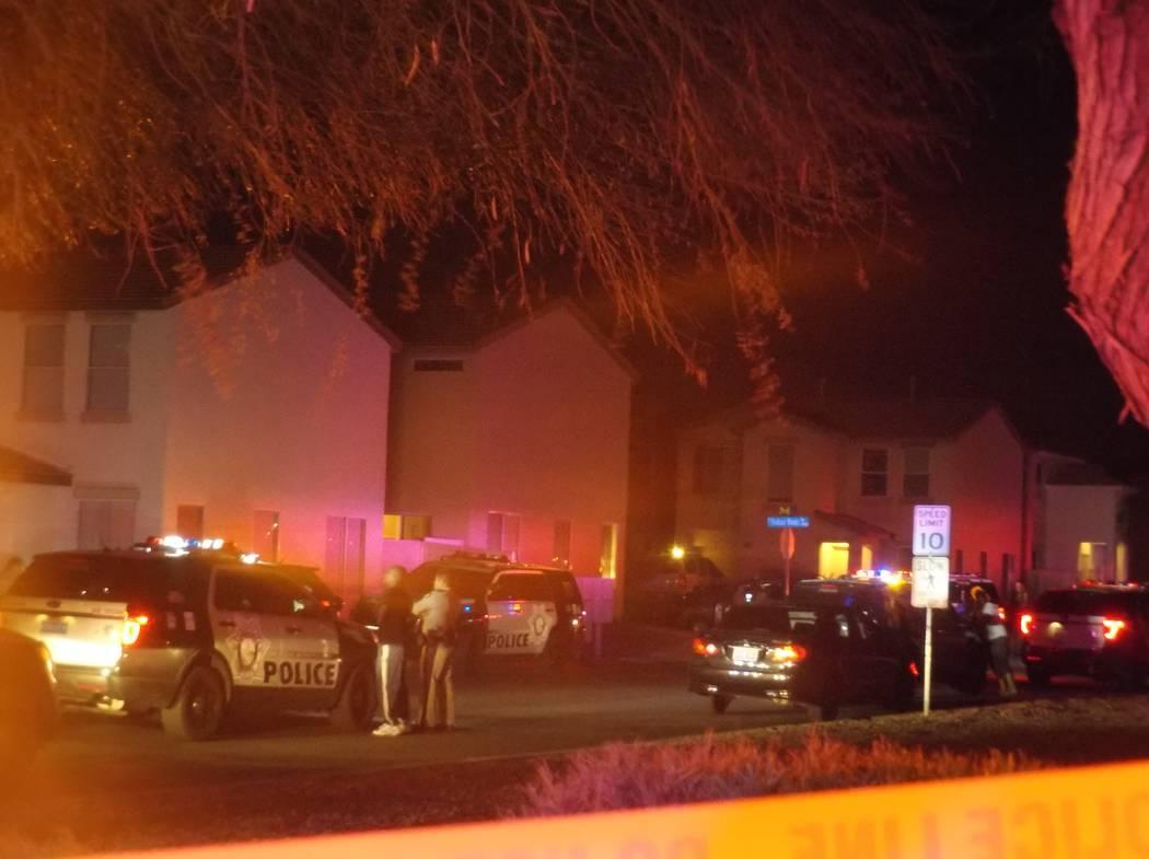 La policía de Las Vegas investiga un tiroteo que dejó a dos hombres con lesiones que no amenazan sus vidas en la calle Buck Island, el martes 27 de marzo de 2018. (Max Michor / Las Vegas Review- ...