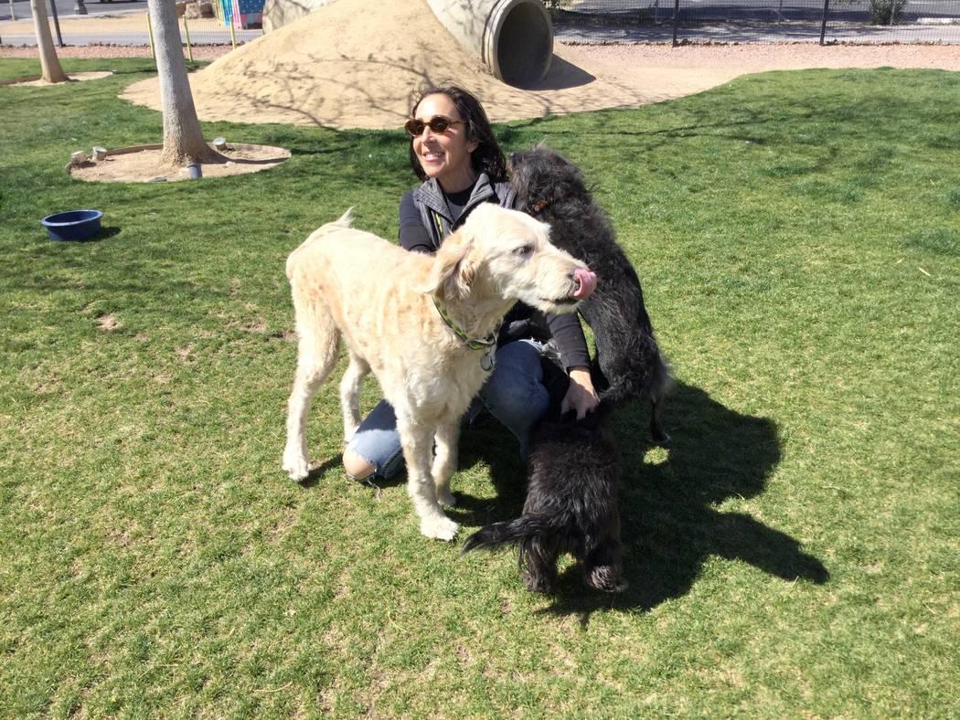 Cathy Brooks, propietaria del Club de Hidrantes saluda a los perros el miércoles 14 de marzo de 2018. en el parque para perros del club ubicado en 109 N 9th St en el Centro de Las Vegas. The Hydr ...