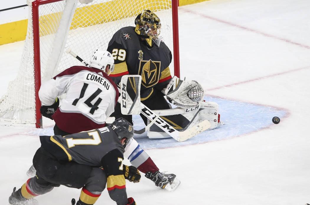 El portero de Golden Knights, Marc-Andre Fleury (29), defiende el gol mientras el ala izquierda de Colorado Avalanche, Blake Comeau (14), observa durante el segundo periodo de un juego de hockey N ...