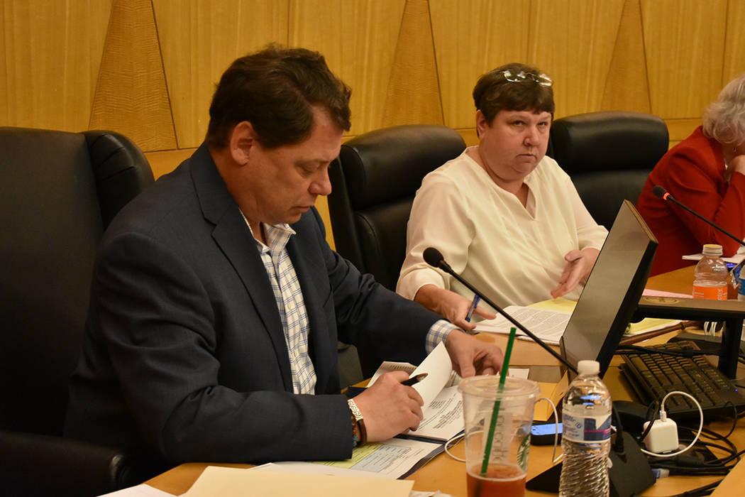 Superintendente Pat Skorkowsky durante una reunión pública. Jueves 22 de marzo de 2018 en Comisión del Condado Clark. Foto Anthony Avellaneda / El Tiempo.