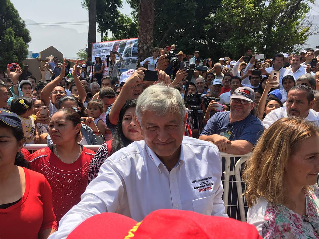 ARCHIVO.- Al iniciar gira proselitista por Nuevo León, el candidato de la coalición Juntos Haremos Historia, Andrés Manuel López Obrador, manifestó que es con desarrollo económico y no con m ...
