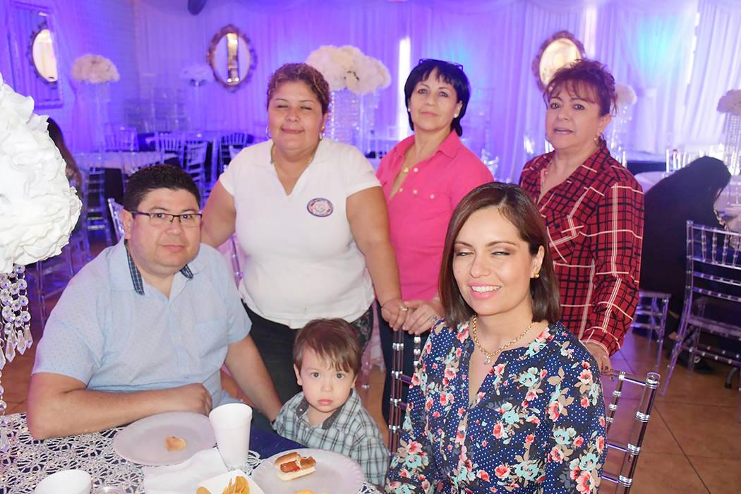 El honorable Cónsul de El Salvador –de azul-, Tirzo Sermeño, acudió a la celebración en solidaridad con la presidenta del CNU, Xenia Gómez. Domingo 25 de marzo de 2018 en el Venetian Banque ...