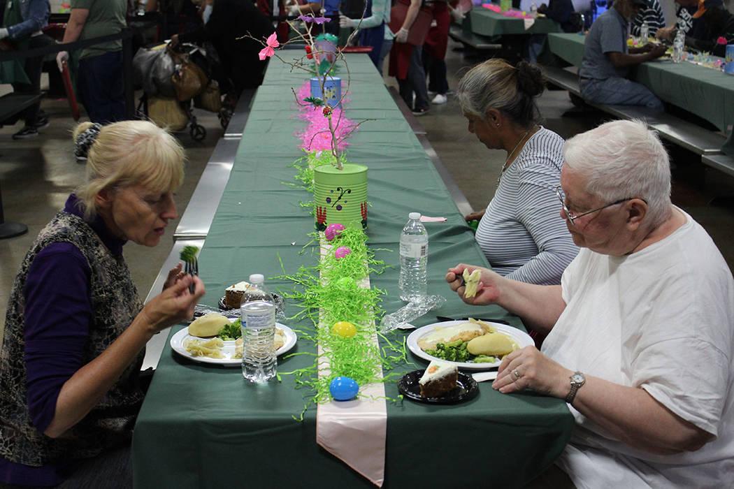 Empleados y voluntarios regalaron los tradicionales huevos de Pascua con caramelos sorpresa. Domingo 1 de abril del 2018. Caridades Católicas. Foto Cristian De la Rosa / El Tiempo - Contribuidor.