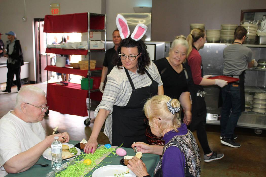 Fueron 85 los voluntarios para servir los mil platillos del almuerzo de Pascua. Domingo 1 de abril del 2018. Caridades Católicas. Foto Cristian De la Rosa / El Tiempo - Contribuidor.