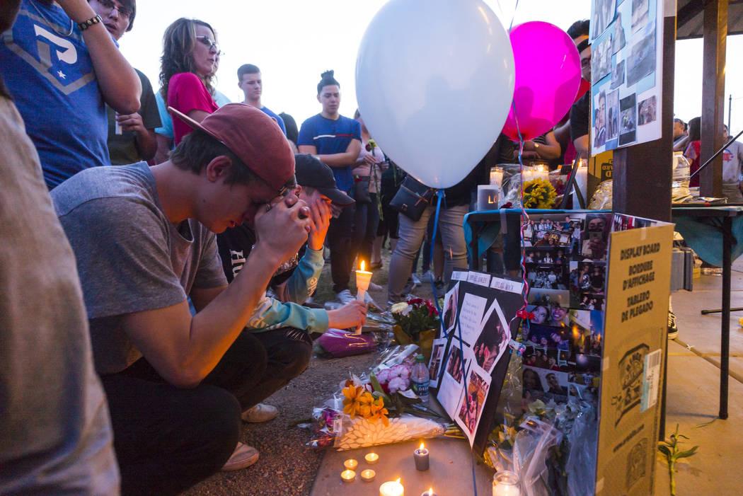 """Brennan Mecke, izquierda, llora la pérdida de su mejor amigo, Albert """"A.J."""" Rossi, durante una vigilia a la luz de las velas en Knickerbocker Park en Las Vegas el viernes 30 de marzo de 2018. Alb ..."""