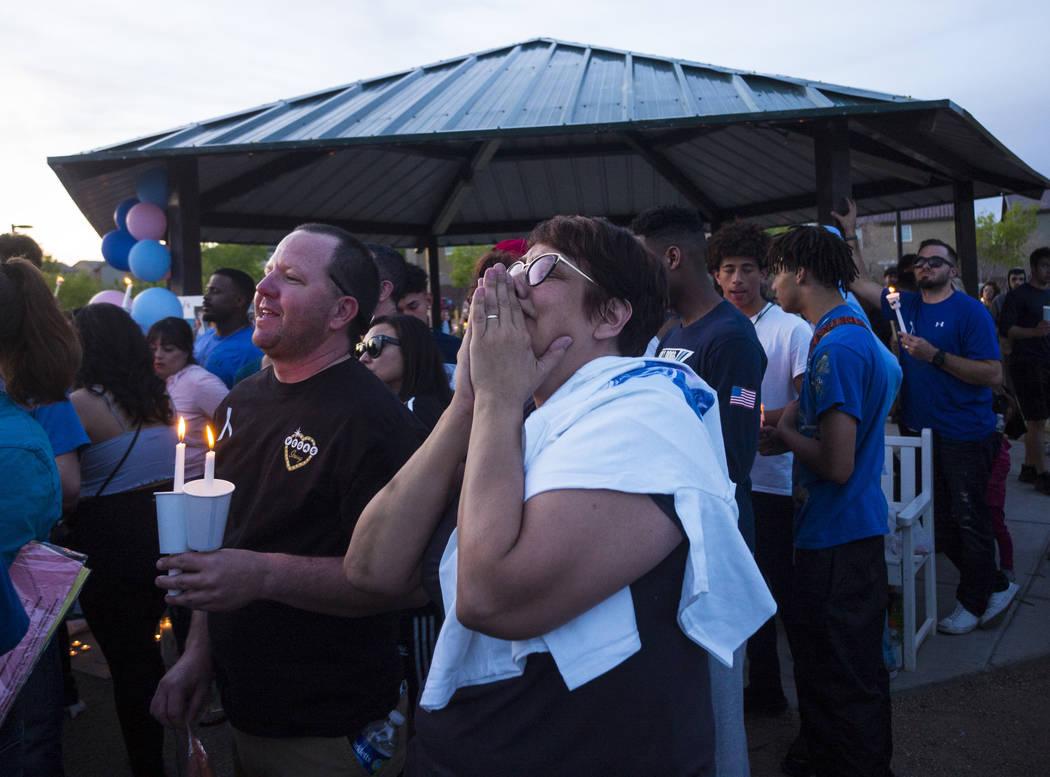 Morgan y Renee Mack, padres de Dylan Mack, ven un globo en su memoria durante un velorio a la luz de las velas en Knickerbocker Park en Las Vegas el viernes 30 de marzo de 2018. Dylan Mack, junto  ...