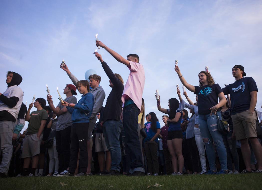 """Asistentes durante un velorio a la luz de las velas en Knickerbocker Park en Las Vegas el viernes 30 de marzo de 2018 para los estudiantes de Centennial High School Albert """"A.J."""" Rossi, Dylan Mack ..."""