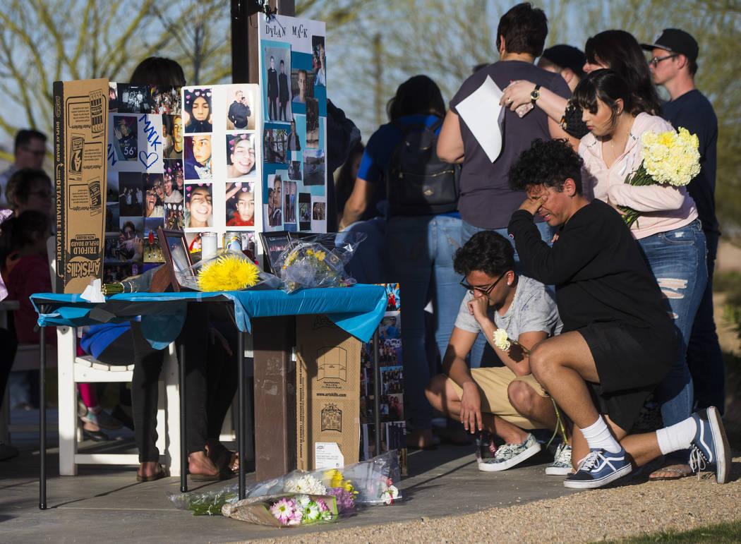 """Jesús Vargas, a la derecha, llora durante un velorio a la luz de las velas en Knickerbocker Park en Las Vegas el viernes 30 de marzo de 2018. Estudiantes de Centennial High School Albert """"A.J."""" R ..."""