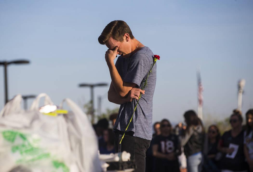 Un asistente reacciona durante un velorio con velas en Knickerbocker Park en Las Vegas el viernes 30 de marzo de 2018 para los estudiantes de Centennial High School Albert A.J. Rossi, Dylan Mack y ...