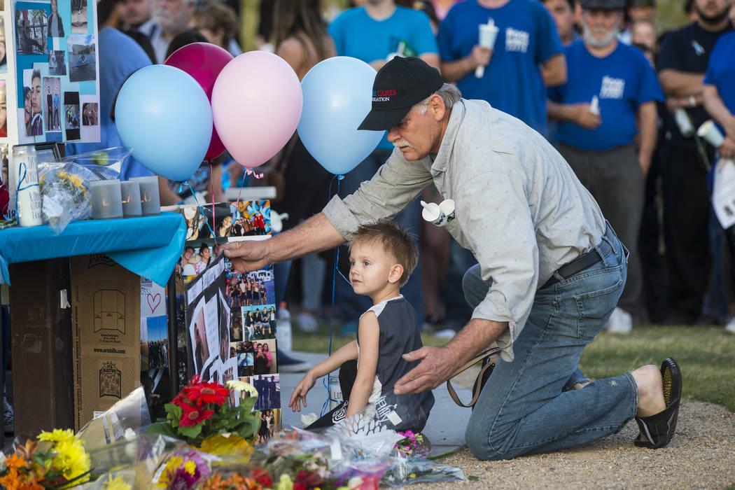 Los asistentes dejan artículos atrás durante un velorio a la luz de las velas en Knickerbocker Park en Las Vegas el viernes 30 de marzo de 2018 para los estudiantes de Centennial High School Alb ...