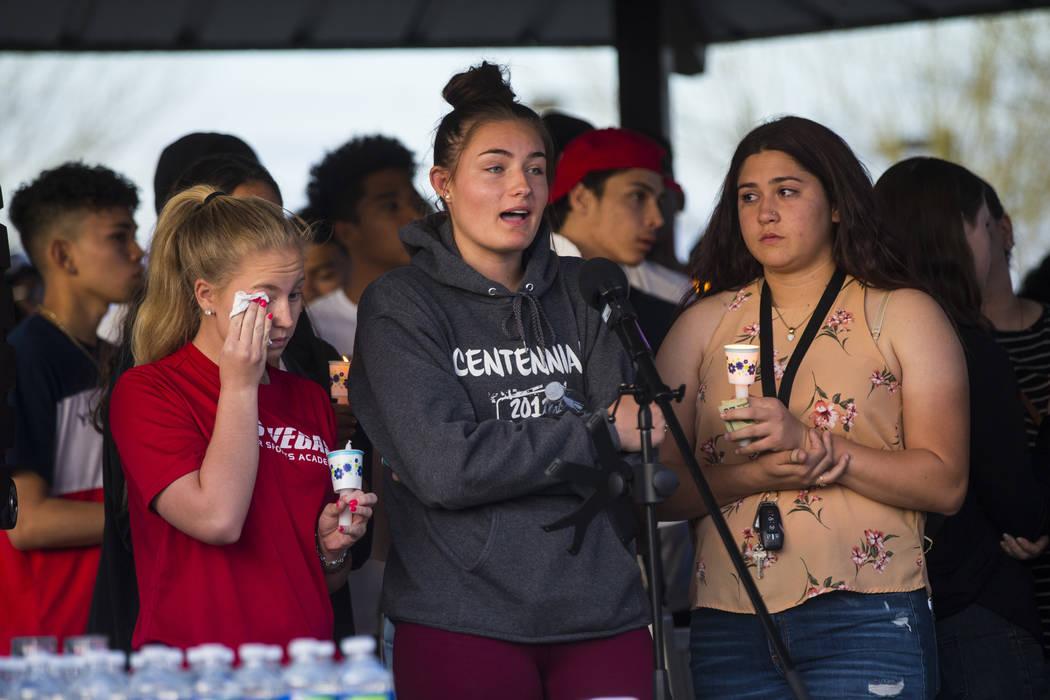 Addison Riddle, centro, habla sobre la pérdida de su amiga Brooke Hawley durante un velorio en Knickerbocker Park en Las Vegas el viernes 30 de marzo de 2018. Brooke Hawley, junto con otros estud ...