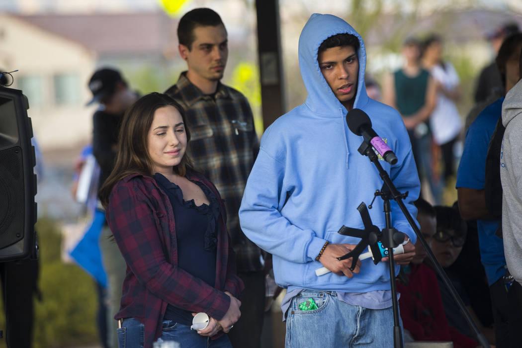 Tyler McAdams, a la derecha, habla junto con Allie Rossi durante un velorio en Knickerbocker Park en Las Vegas el viernes 30 de marzo de 2018 para los estudiantes de Centennial High School: Albert ...