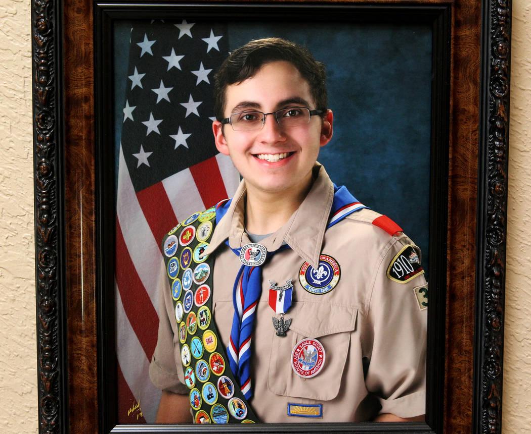 Matt Touma, un estudiante de Centennial High School de 16 años que se quitó la vida en su casa de Las Vegas, se muestra en una foto en la pared de la casa de la familia el lunes 2 de abril de 20 ...